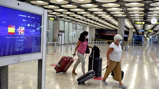 Dos pasajeras con maletas en la terminal T1 del Aeropuerto de Madrid-Barajas Adolfo Suárez, en Madrid