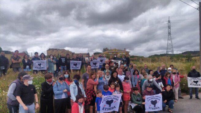 Personas congregadas a las puertas de la cárcel de Logroño a la salida de Aitor Fresneda