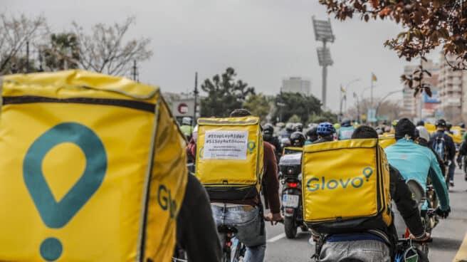 Varios 'riders' participan en una manifestación de repartidores a domicilio en Valencia.