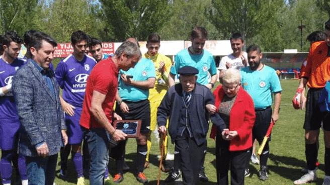 Imagen del hombre más longevo del mundo de 112 años