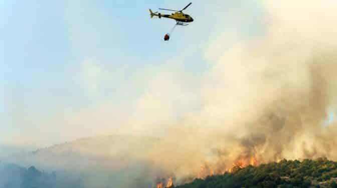 Un incendio en Cebreros (Ávila) obliga a desplegar a un centenar de militares y una máquina pesada