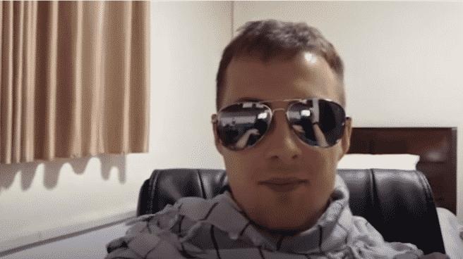Miles Routledge durante su directo en Twitch