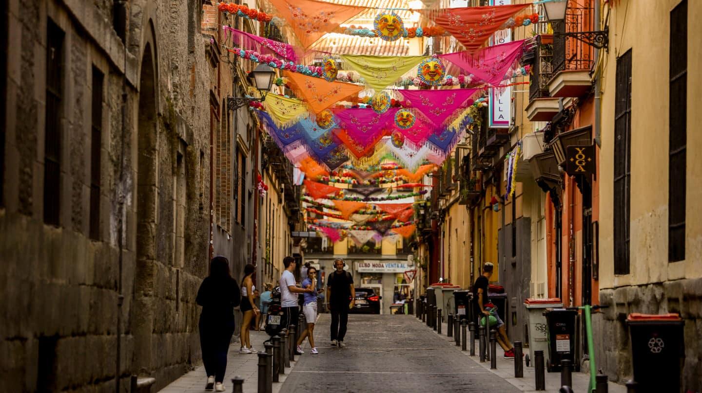 Una calle decorada con mantones por la fiesta de San Cayetano en Madrid.