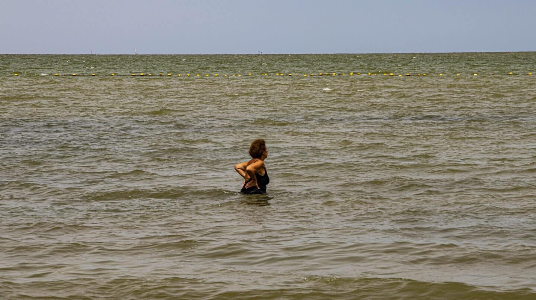 Una bañista en la playa de Los Urrutias.