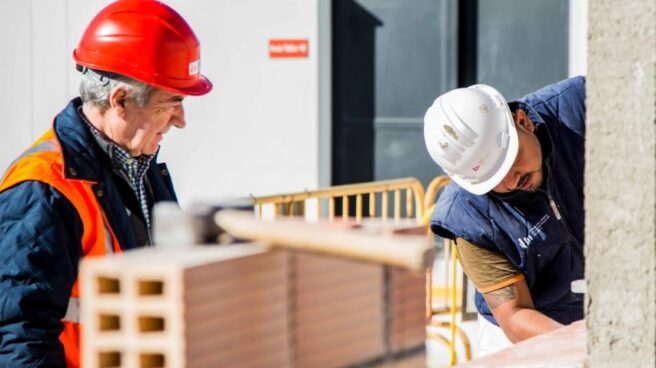 Imagen de dos profesionales de la construcción.