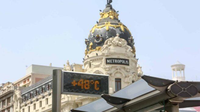 Un termómetro de una parada de bus de la Gran Vía, marca 48ºC, a 11 de agosto de 2021.