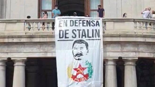 Pancarta de Stalin en el balcón del Ayuntamiento de Valencia.