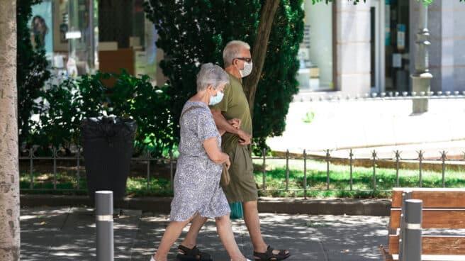 Imagen de una pareja de jubilados paseando.