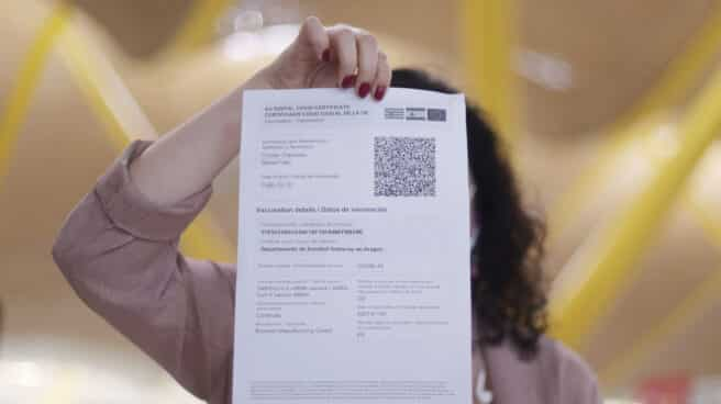Una mujer muestra el certificado COVID Digital de la Unión Europea