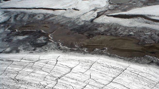 Imagen aérea de grietas en el permafrost del Alto Ártico.