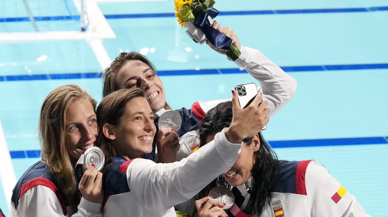 Las jugadoras de waterpolo celebran la plata de Tokio 2020