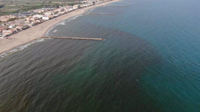 Mancha en la playa de El Puig (Valencia)