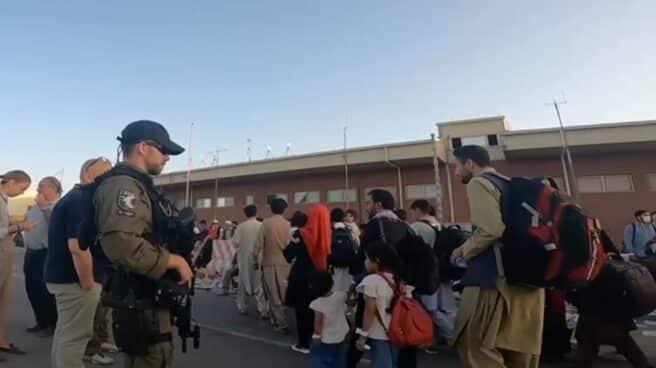 Agentes del GEO y UIP que custodian a afganos antes de viajar en aviones a España.