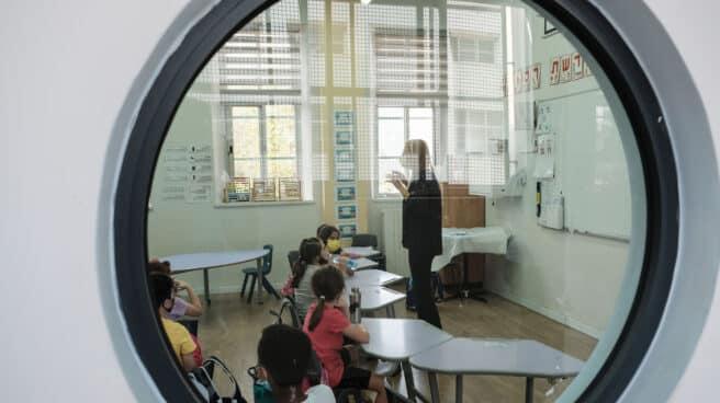 Profesora dando clase en plena pandemia de coronavirus