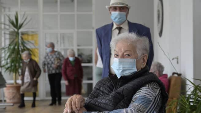 Varios ancianos en una de las salas de la Residencia de mayores de Carballo, , en A Coruña