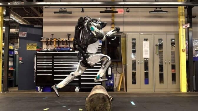 El robot bípedo Atlas de Boston Dynamics ya hace ejercicios complejos de parkour y da saltos mortales