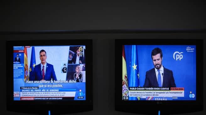Rueda de prensa del presidente del Gobierno, Pedro Sánchez (i) en la misma pantalla que la rueda de prensa del presidente del Partido Popular (PP) Pablo Casado (d).