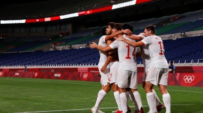 Los jugadores de España abrazan a Asensio tras el gol