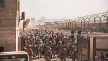 Los talibán prohíben a los afganos acercarse al aeropuerto de Kabul
