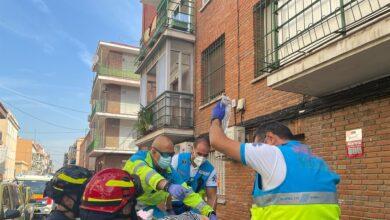 Una mujer cae desde un segundo piso cuando estaba regando y sobrevive al chocar contra el techo de un coche