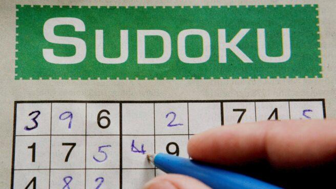 Persona rellenando un Sudoku