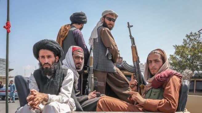 Talibanes viajan en un vehículo americano por las calles de Kabul, Afganistán.