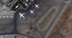 """Avanzan las evacuaciones en el aeropuerto de Kabul: """"Veo aviones aterrizando y despegando"""""""