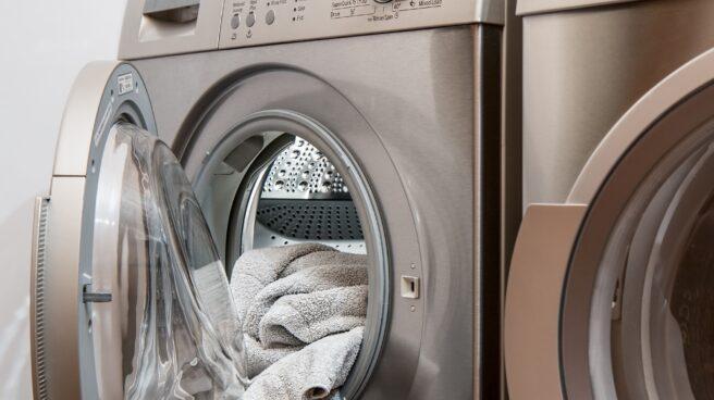 Una lavadora en una hogar español