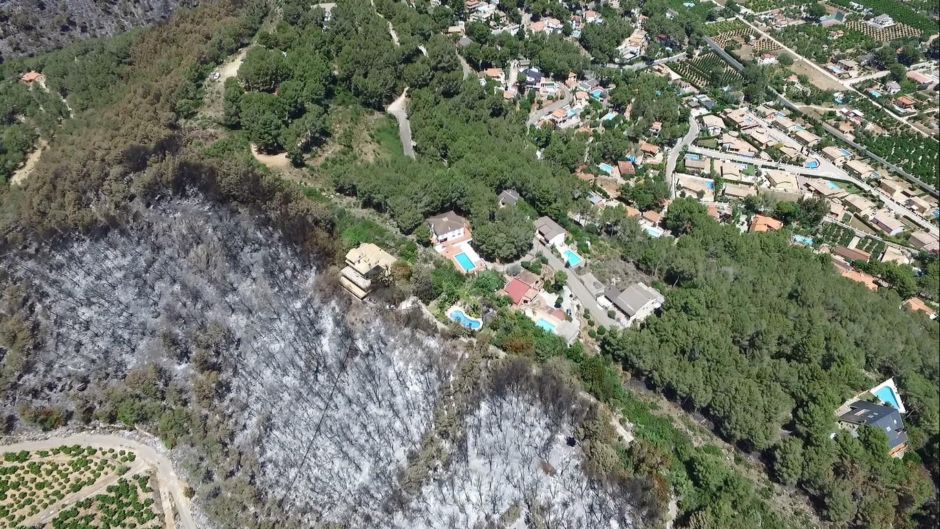 Incendio de Carcaixent en 2016 en su impacto con una urbanización protegida contra incendios.