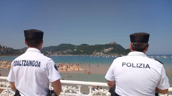 Dos agentes de la Policía Local controlan la Playa de la Concha en San Sebastián