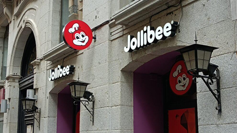 Exterior del nuevo restaurante Jollibee en Madrid.