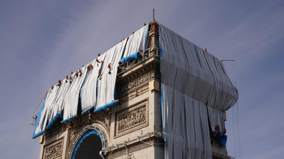 Despliegue de paneles de tela frente a las paredes exteriores del Arco de Triunfo.