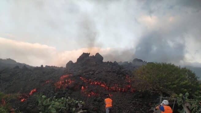 Técnicos del Instituto Volcanológico de Canarias (Involcán) toman muestras de lava del nuevo volcán de La Palma