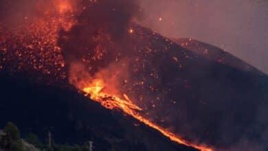 """El cono del volcán de La Palma se rompe y deja """"una colada enorme"""" hacia el mar"""