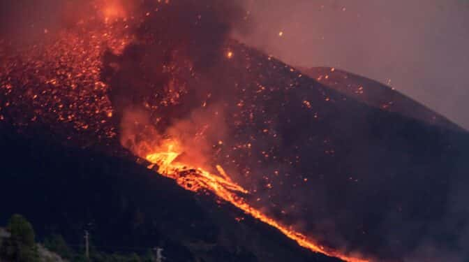 La nueva colada de lava del volcán de La Palma derrumba el campanario de la Iglesia de Todoque