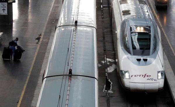 Vías del tren y la Renfe al lado derecho