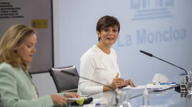 La ministra portavoz, Isabel Rodríguez, y la vicepresidenta primera y ministra de Economía Nadia Calviño