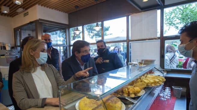 El alcalde de Madrid, José Luis Martínez-Almeida, visita un restaurante durante un acto de campaña