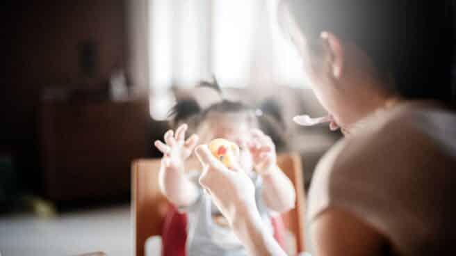 Una madre da de comer a un bebé.