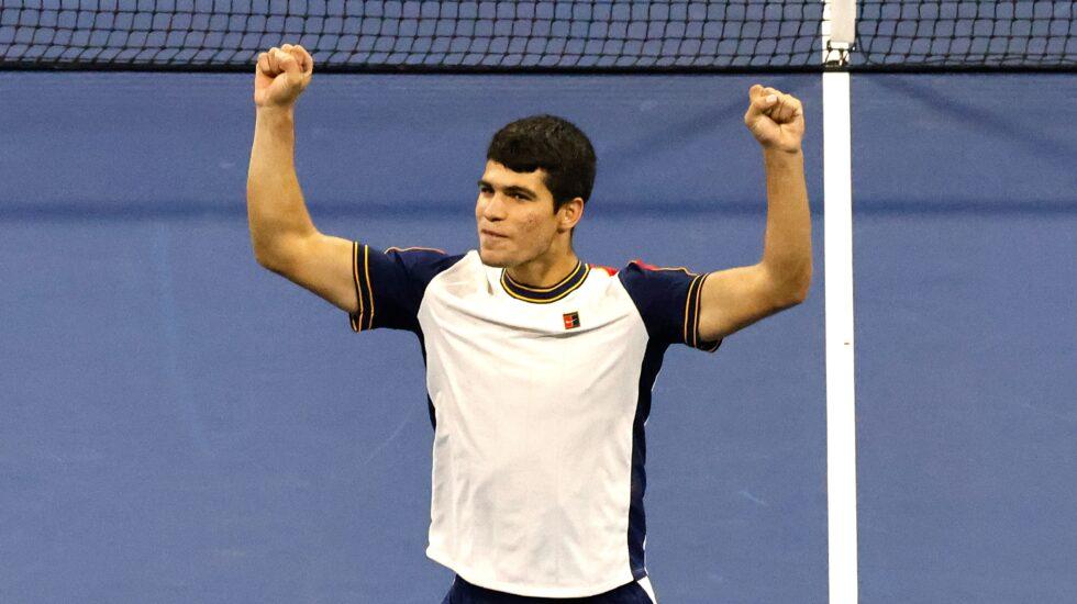El español Carlos Alcaraz celebra su clasificación a los cuartos de final del US Open