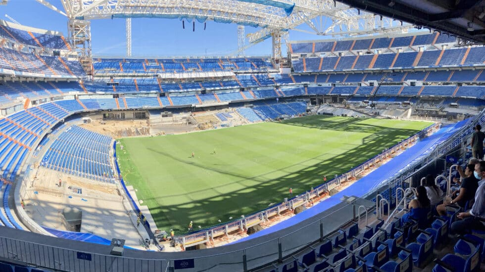 El estadio Santiago Bernabéu ya tiene instalado el nuevo césped, donde saltará el Real Madrid el domingo ante el Celta