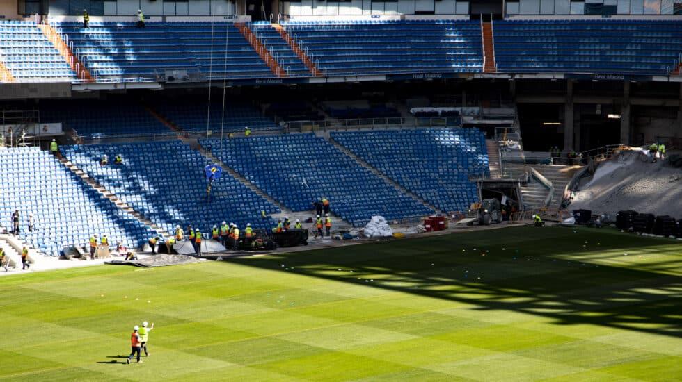 Dos operarios, en el césped del Bernabéu