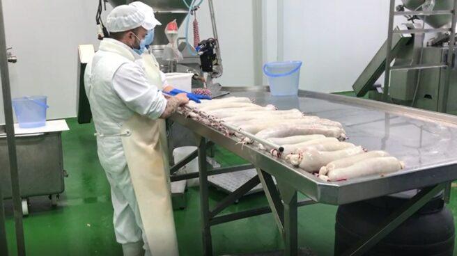 Parte del proceso de producción de chorizo etiquetado por el Consorcio.