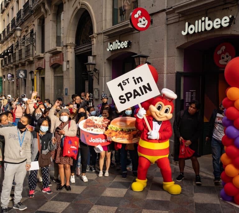 Locura por el pollo frito: colas nocturnas para la apertura del primer Jollibee en Madrid