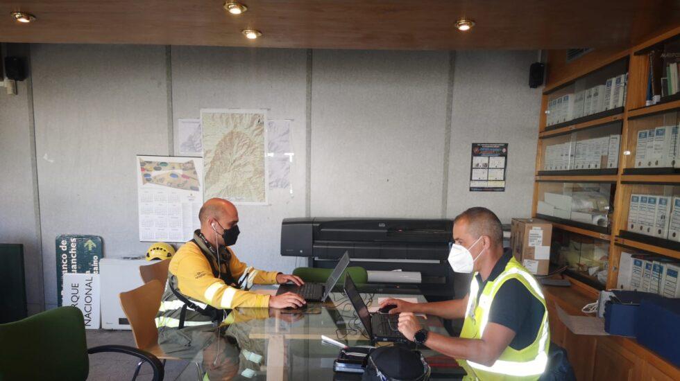 Derecha Rodolfo Javier Krawany y a la izquierda Alexander Librán coordinando los vuelos de dron