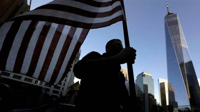 Un bombero porta una bandera de EEUU en los actos del vigésimo aniversario del 11-S