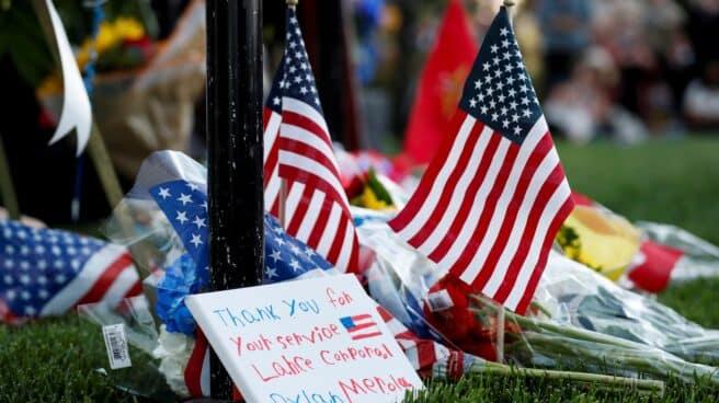 Banderas y flores en homenaje a las víctimas estadounidenses del atentado de Kabul