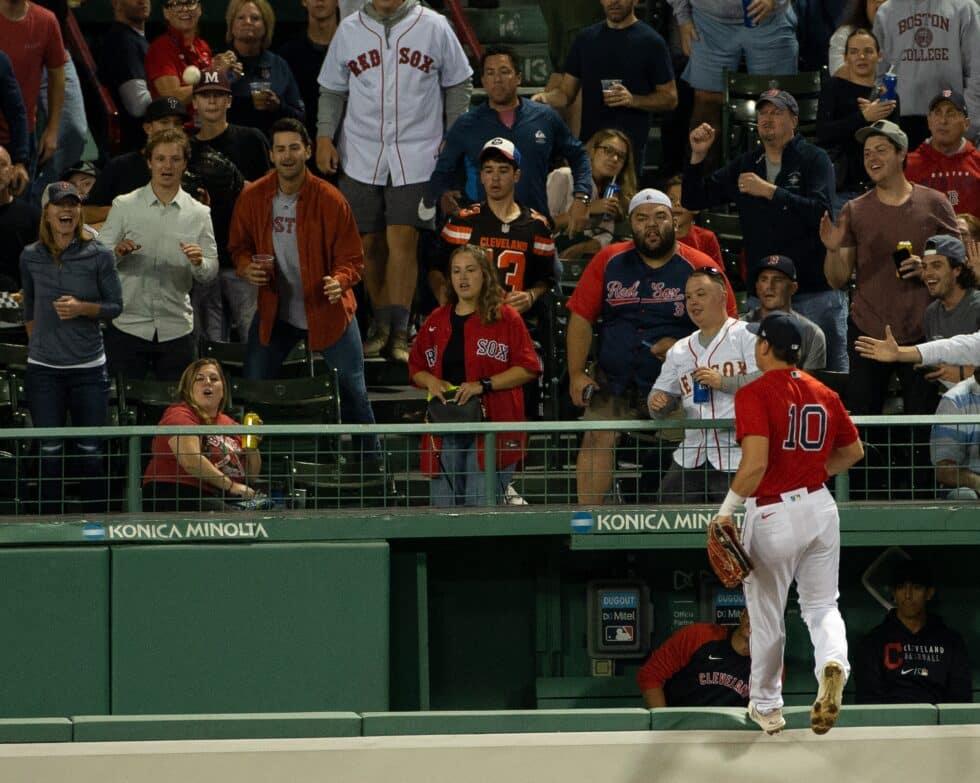 Hunter Renfroe, de los Boston Red Sox, se acerca a la grada del Fenway Park en busca de una bola el 3 de septiembre