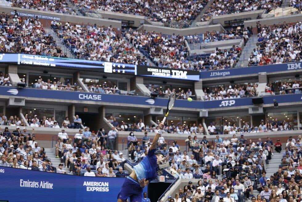 Novak Djokovic sirve durante la final del US Open del domingo frente a Medvedev