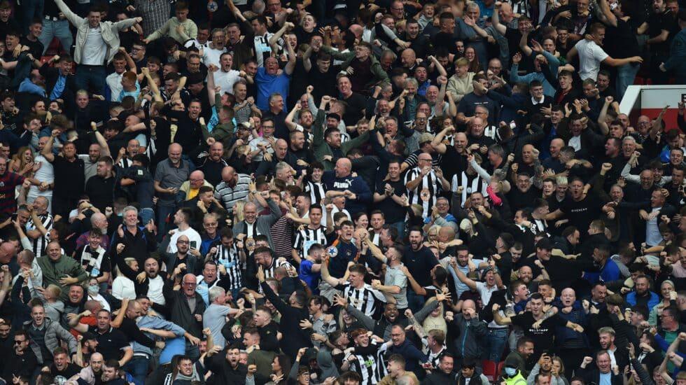 Hinchas del Newcastle celebran un gol de su equipo en el partido ante el Manchester United en Old Trafford